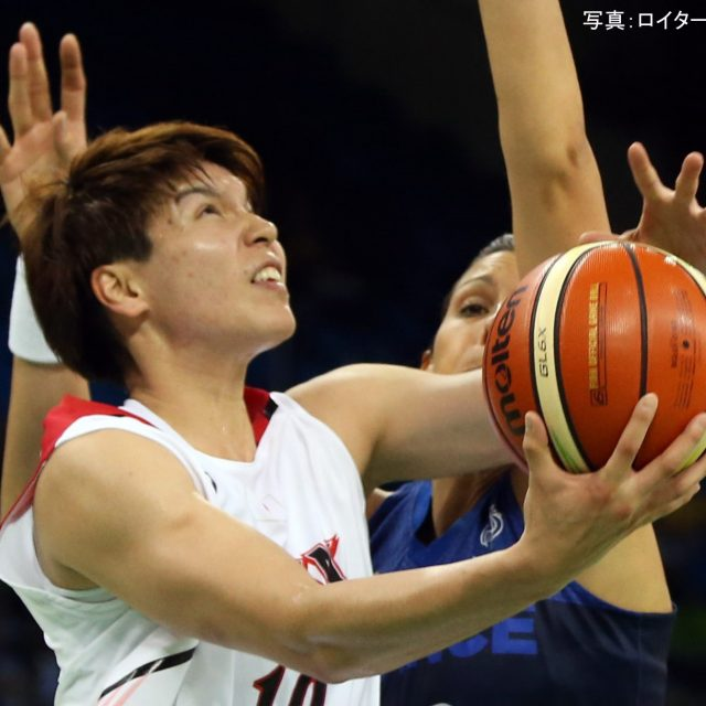 ゴール下で身体を張る#10渡嘉敷 来夢選手