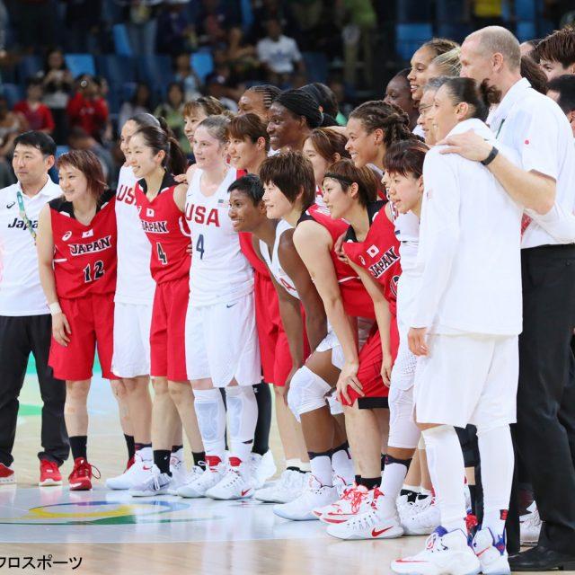 試合後、女王・アメリカと笑顔で集合写真に応じる「アカツキファイブ」女子日本代表チーム