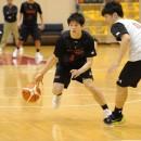 ドリブルでチャンスを伺う西戸 良選手(慶應義塾大学 3年)