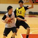 体を張ったディフェンスを見せる大澤 希晴選手(専修大学 1年)