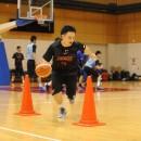 ジグザグドリブルをする本村 亮輔選手(日本大学 1年)