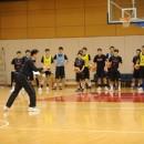 陸川 章コーチの説明を聞く選手たち