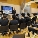 過去のアルバート・シュバイツァー・トーナメントの映像を見ながら、海外チームのディフェンス強度をイメージ