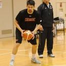 長谷川 健志ヘッドコーチの指示を受け、見本を見せる古川 孝敏選手(リンク栃木ブレックス)