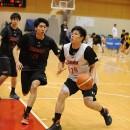 攻める牧 隼利選手(福岡大学附属大濠高校 3年)とマークに戻る林 翔太郎選手(東海大学九州 2年)