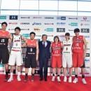 肩を組む川淵会長と選手たち