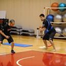 佐藤スポーツパフォーマンスコーチからアドバイスを受ける片岡 大晴選手(仙台89ERS)