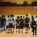 選手たちに説明する陸川 章ヘッドコーチ