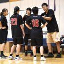 実戦練習でコーチと細かい修正点を話し合う