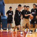 前田 浩行コーチも足の使い方を細かく指導する