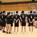 トーステン・ロイブルコーチの下で練習を開始する選手たち