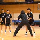 萩原コーチがディフェンス役となり、細かい指導
