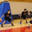 練習後にドリブルのドリルを教わる杉浦 佑成選手(右)と馬場 雄大選手(ともに筑波大学 3年)