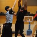 シュートを狙うアイラ・ブラウン選手(サンロッカーズ渋谷)と守る竹内 譲次選手(アルバルク東京)