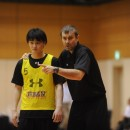 笹山 貴哉選手(名古屋ダイヤモンドドルフィンズ)にポイントガードの動き方を指導するルカ・パヴィチェヴィッチテクニカルアドバイザー