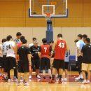 選手を集め、練習の目的を説明するフリオ・ラマスヘッドコーチ