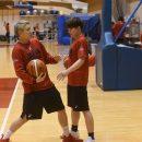 キャンプ前日のWリーグで対戦していた吉田 亜沙美選手(JX-ENEOSサンフラワーズ)に自ら志願をしてアドバイスを受ける安間 志織選手(トヨタ自動車 アンテロープス)