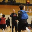 選手たちとハイタッチを交わすトム・ホーバスヘッドコーチ