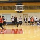 トム・ホーバスヘッドコーチと選手全員でプレイを確認