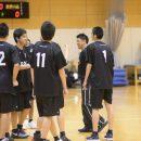 和やかに談笑する佐古 賢一コーチと選手たち