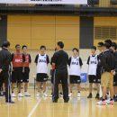 メニュー終了後、佐古 賢一コーチの言葉に聞き入る選手たち