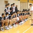 ハーフタイム中、トーステン・ロイブル ヘッドコーチの指示を聞く選手たち