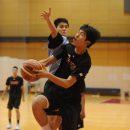 ドライブからステップでディフェンスをかわしシュートを決める鍵谷 和輝選手(桐光学園高校 1年)