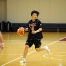 ボールを運ぶ池松 美波選手(北九州市立二島中学校 3年)