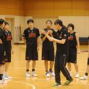 5on5の練習前にアドバイスする萩原 美樹子ヘッドコーチ