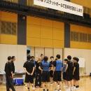 「バスケットボールで日本を元気にします」の横断幕が掲げられたコートで練習