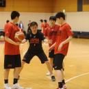 ピック&ロールを指導する永野 達矢ヘッドコーチ