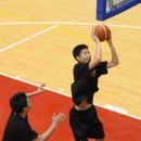ゴール下を制する三森 啓右選手(札幌日本大学高校 3年)