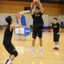 3Pシュートを打つ伊森 響一郎選手(青山学院大学 1年)