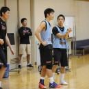 プレイを確認する重冨 友希選手(福岡第一高校 3年)と西田 優大選手(福岡大学附属大濠高校 3年)