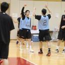 練習中はいつでも競争であり、勝利に喜ぶ青チーム