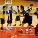 ディフェンスの動き方を指導するトーステン・ロイブルヘッドコーチ