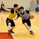 三上 侑希選手(左・中央大学 1年) vs 西田 優大選手(右・福岡大学附属大濠高校 3年)