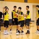 選手同士でプレイを確認し合うイエローチーム