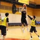 ジャンプシュートを打つ津屋 一球選手(洛南高校 3年)