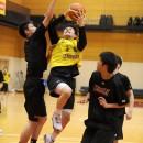 高さある相手のブロックをかわしてシュートを決める杉本 天昇選手(土浦日本大学高校 3年)
