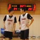 プレイを確認する西田 優大選手(東海大学 1年)と赤穂 雷太選手(青山学院大学 1年)