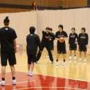 動き方を指導する萩原 美樹子ヘッドコーチ