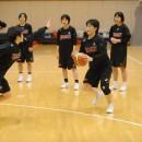 相手を抜くためにフェイントをかける笠置 晴菜選手(昭和学院高校 3年)