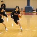 ドリブルで相手を抜きに行く阿部 泉美選手(聖和学園高校 3年)