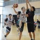 速攻の先頭を走ってゴールを決めるウィタカ ケンタ選手(青山学院大学 1年)