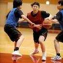 2人のディフェンスの間を突破する佐坂 樹選手(白鴎大学 1年)