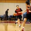 ゲームをコントロールする岡田 英里選手(東京医療保健大学 1年)