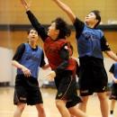 小池 遥選手(大阪人間科学大学 3年)はブロックをかいくぐってシュートを決める
