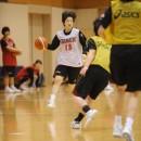 ボールを運ぶ運ぶ小池 遥選手(大阪人間科学大学 3年)