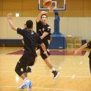軽やかにパスを出す西田 公陽選手(福岡大学附属大濠高校 1年)